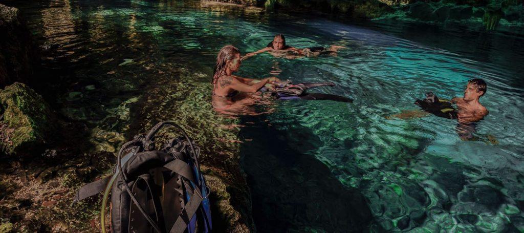 Gente nadando en Dos Ojos