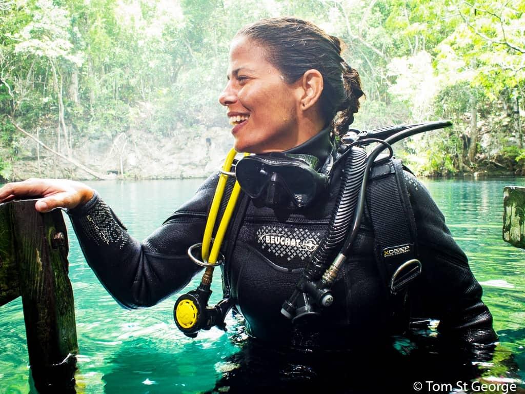 Mujer buza saliendo del agua rodeada de aguas cristalinas